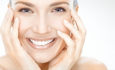 За да се усмихваме без притеснения и да общуваме свободно с хората около нас е важно да имаме здрава и излъчваща свежест усмивка. За да е възможно това обаче се налага да се погрижим за здравето на зъбите си и най-вече за оралната си хигиена. Ако следвате няколко златни правила, които всеки стоматолог би ви препоръчал, вие ще се радвате на лъчезарна и красива усмивка.