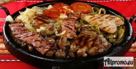Сръбски сач - свински и пилешки карета по сръбски, кебапчета, кюфтета, наденица, гъби и сос + 2 чаши вино по избор само за 17лв. от ресторант Мамбо, гр. София