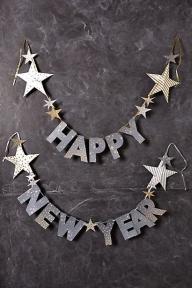 Според много хора на Нова Година честваме любовта, надеждата, прошката, вторият шанс, новото начало… И ние не можем да се сетим за по-подходяща вечер, за да създадете незабравим спомен с жената, с която искате да прекарате остатъка от живота си. Ето и няколко предложения как точно да го направите. - ИДЕИ ЗА ПРЕДЛОЖЕНИЕ ЗА БРАК