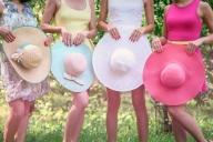 С бавни стъпки лятото си отива и чертае пътя на красивата, цветна есен. Тази, която с неповторимите си багри би била забележителен елемент от всяка фотосесия. Даваме ви идея как да направите тематична фотосесия на открито, която да носи слънчевото лятно настроение и неповторимата есенна романтика. Темата на моминското парти, което сме избрали е парти в шапки, а стилът е весел, ярък и цветен.  - ИДЕИ ЗА МОМИНСКО ПАРТИ