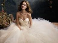 10 ЗНАКА, ЧЕ БУЛЧИНСКАТА РОКЛЯ, КОЯТО СТЕ ИЗБРАЛА Е ТАЗИ НА МЕЧТИТЕ ВИ - Намирането на перфектната булчинска рокля, понякога е почти толкова сложно, колкото и да открието човека, с когото бихте искали да прекарате остатъка от живота си. За да ви помогнем в убеждението, че сте направили правилния избор бихме искали да разкрием 10 знака, които водят именно към твърдението, че сте намерили роклята на мечтите си. - БУЛКАТА