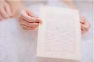 СВАТБЕНИТЕ ОБЕТИ - Произнасянето на сватбени обети е традиция, изключително традиционна за американската сватбена култура. В Европа и в частност в България се появява сравнително от скоро. Самата традиция бележи своето начало още от най-древни времена, когато младоженците засвидетелстват своята любов, произнасяйки клетви във вярност.  - СВАТБЕНИ ТРАДИЦИИ