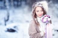 БУЛКА ПРЕЗ ЗИМАТА – 5 ИДЕИ ЗА ТОПЛА И СТИЛНА ВИЗИЯ - Сега е време да поговорим, за нещо друго и не по-малко важно – визията на булката. През зимата, тя изисква особено внимание, тъй като освен, че трябва да бъде изключителна, трябва и да бъде топла, удобна и предназначена дори и за най-тежките атмосферни условия. В тази статия сме събрали няколко идеи, за това как умело да съчетаете, всички тези неща. Приятно четене! - БУЛКАТА