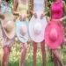 С бавни стъпки лятото си отива и чертае пътя на красивата, цветна есен. Тази, която с неповторимите си багри би била забележителен елемент от всяка фотосесия. Даваме ви идея как да направите тематична фотосесия на открито, която да носи слънчевото лятно настроение и неповторимата есенна романтика. Темата на моминското парти, което сме избрали е парти в шапки, а стилът е весел, ярък и цветен.
