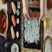 Как да си приготвим суши?  Всички любители на неповторимия източен деликатес суши със сигурност биха искали да го хапват не само в ресторанта, но и у дома.  http://goo.gl/tVXhbX